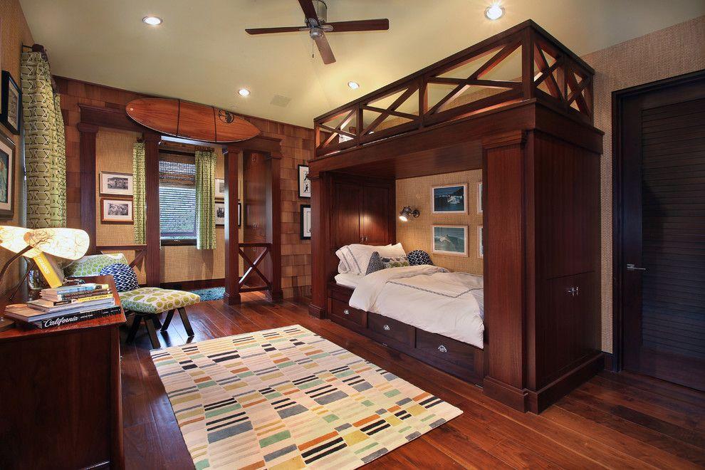 С помощью нехитрых дизайнерских решений обычное спальное место можно превратить в причудливую конструкцию с ящиками и шкафчиками