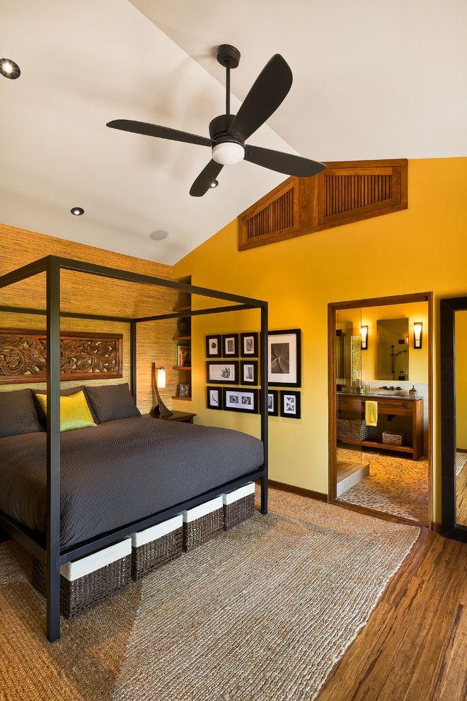 Плетеные короба с белым кантом разбавляют темный цвет кровати, и вносят яркую ноту в интерьер всей комнаты