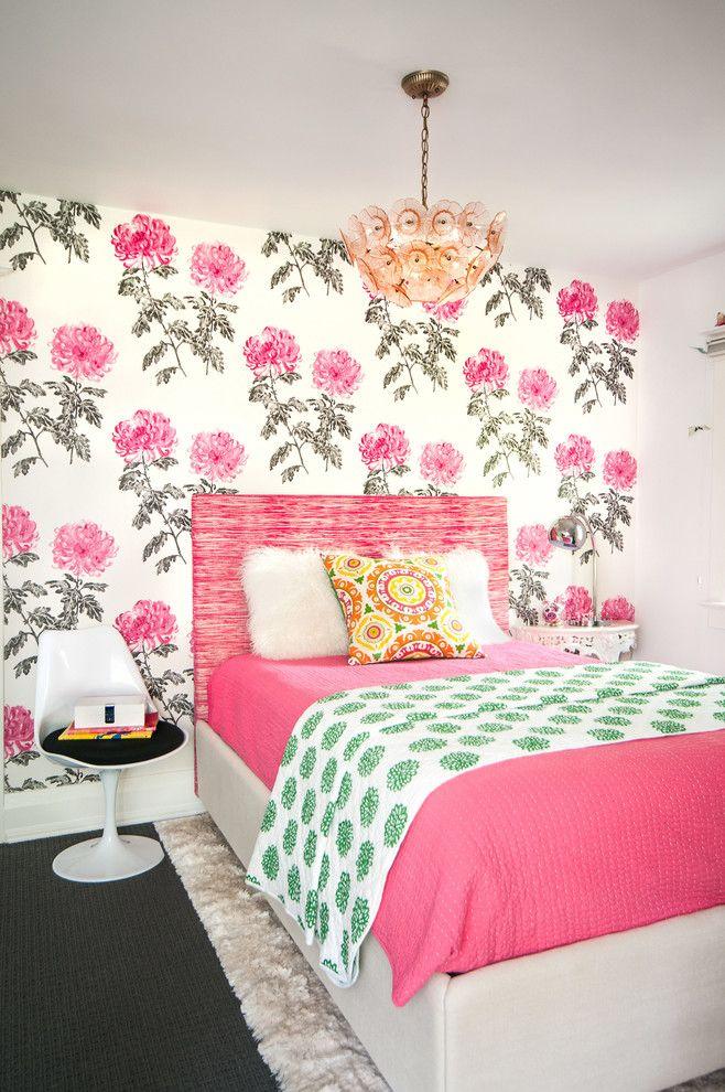 Обои с яркими розовыми цветами в комнате для девочки