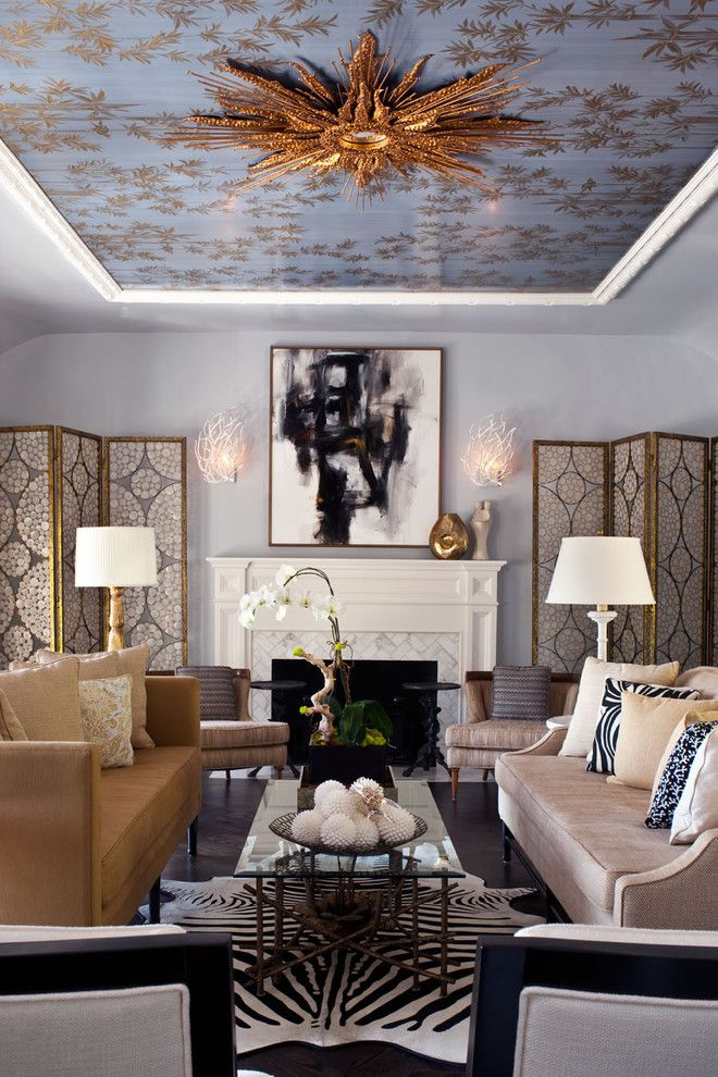 Цвет люстры выгодно перекликается с золотым узором на натяжном потолке