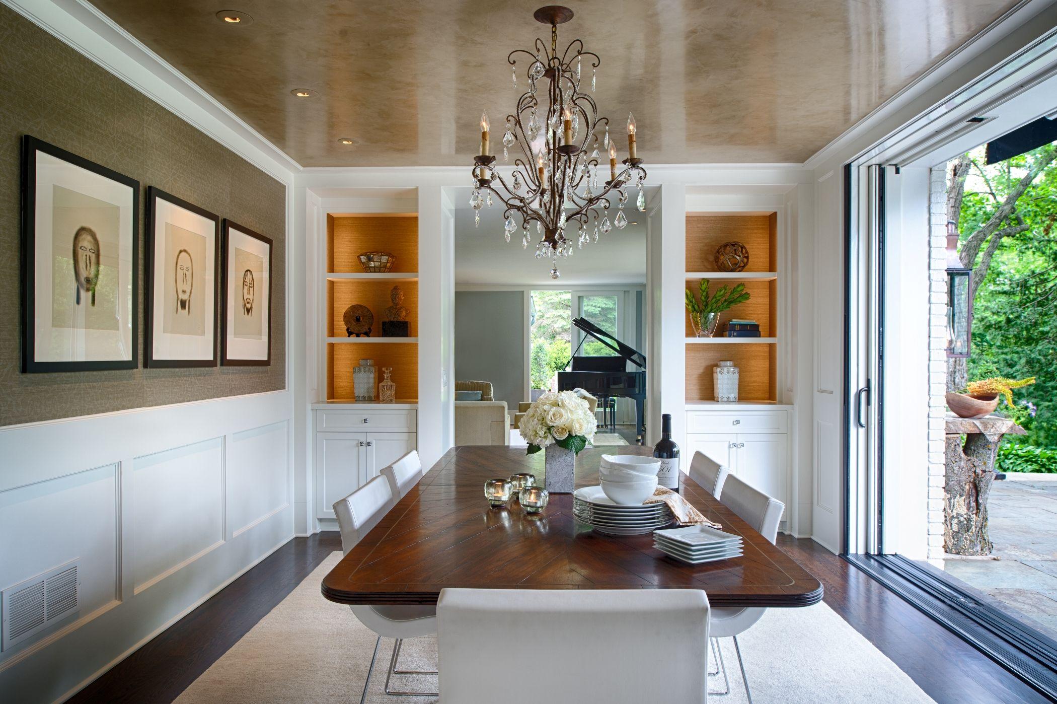 Роскошная люстра подчеркнет изящную элегантность натяжного потолка
