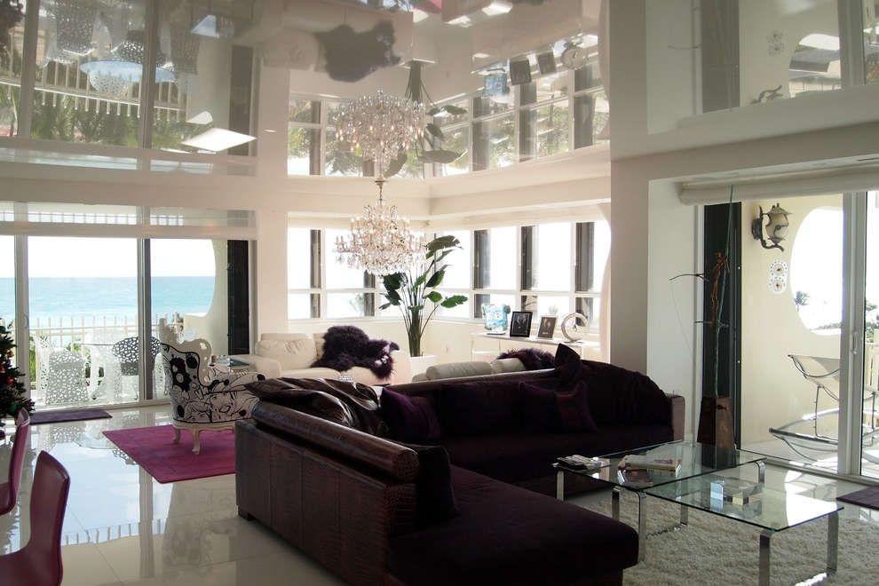 Если натяжной потолок обладает высокими отражающими способностями - для помещения будет достаточно одной люстры