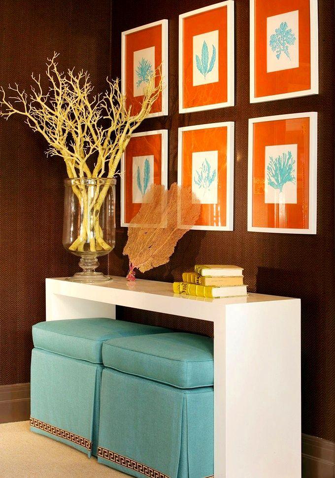 Голубой пуфик из бархата с декоративной юбочкой удивит гостей своим небесным цветом, а в конце рабочего дня порадует мягкостью своих хозяев