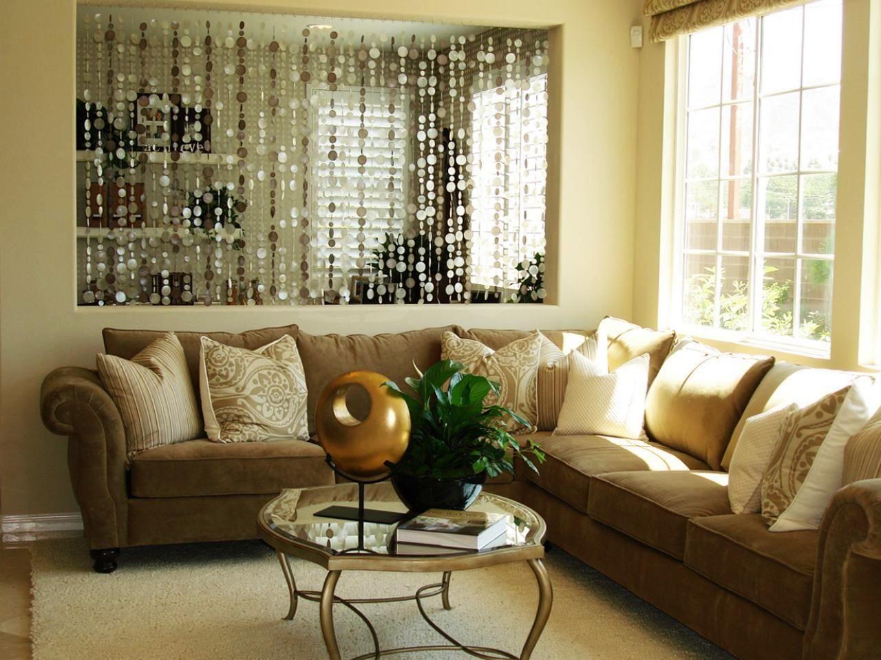 Шторы из перламутровых элементов прекрасно дополнят гостиную в спокойных, сдержанных тонах