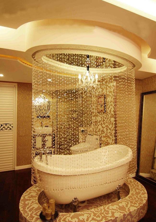Стеклянные бусины вокруг ванны создают иллюзию ниспадающих капель