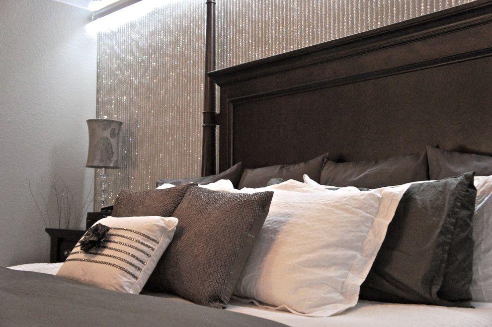 Подвески из хрустальных бусин на стене придают интерьеру элемент шика, романтичности и утонченности