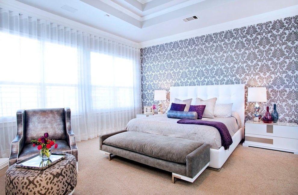 Нарядная белая органза придает нотку торжественности интерьеру спальни
