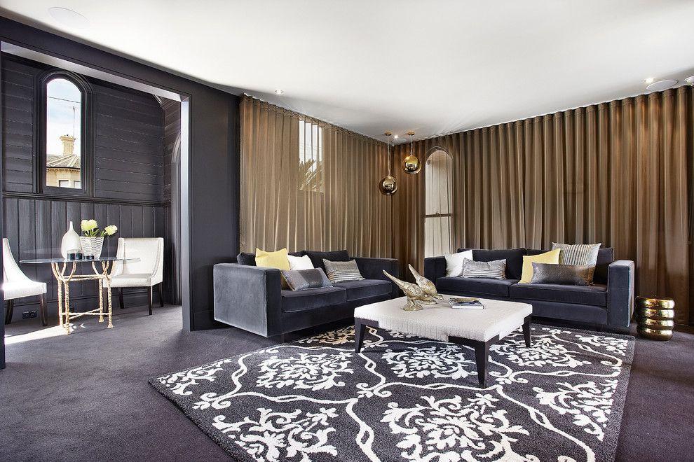 Эффектный контраст черного интерьера и бронзовых штор
