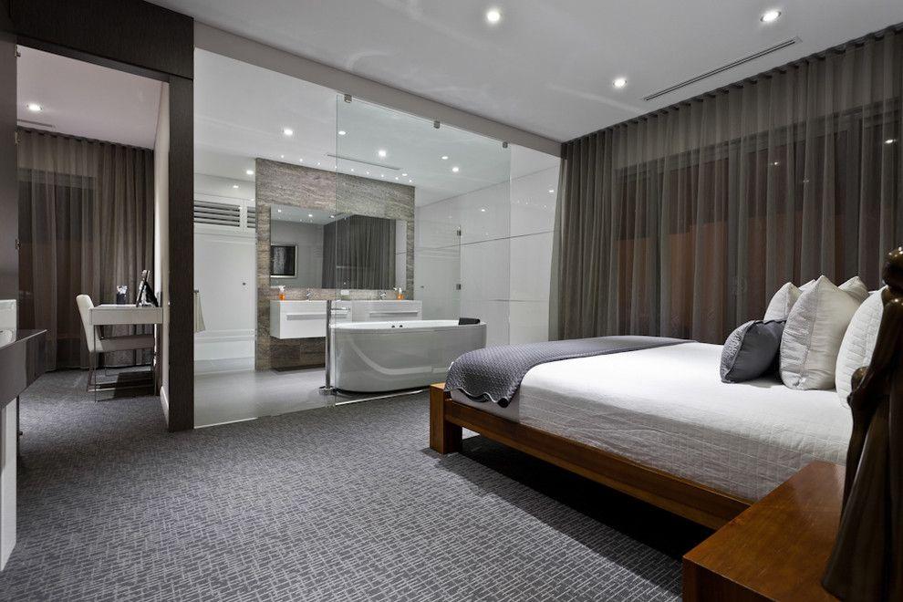 Большие витражи в спальне задрапированы органзой теплого коричневого тона