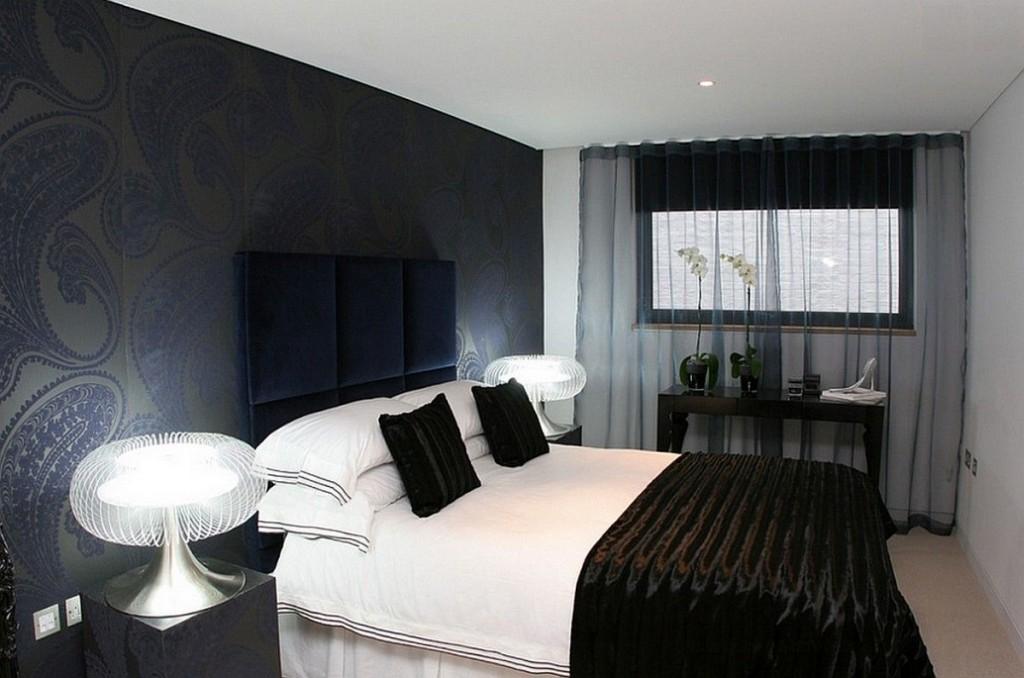Черная прозрачная штора вписывается в общую концепцию спальни и не утяжеляет пространство