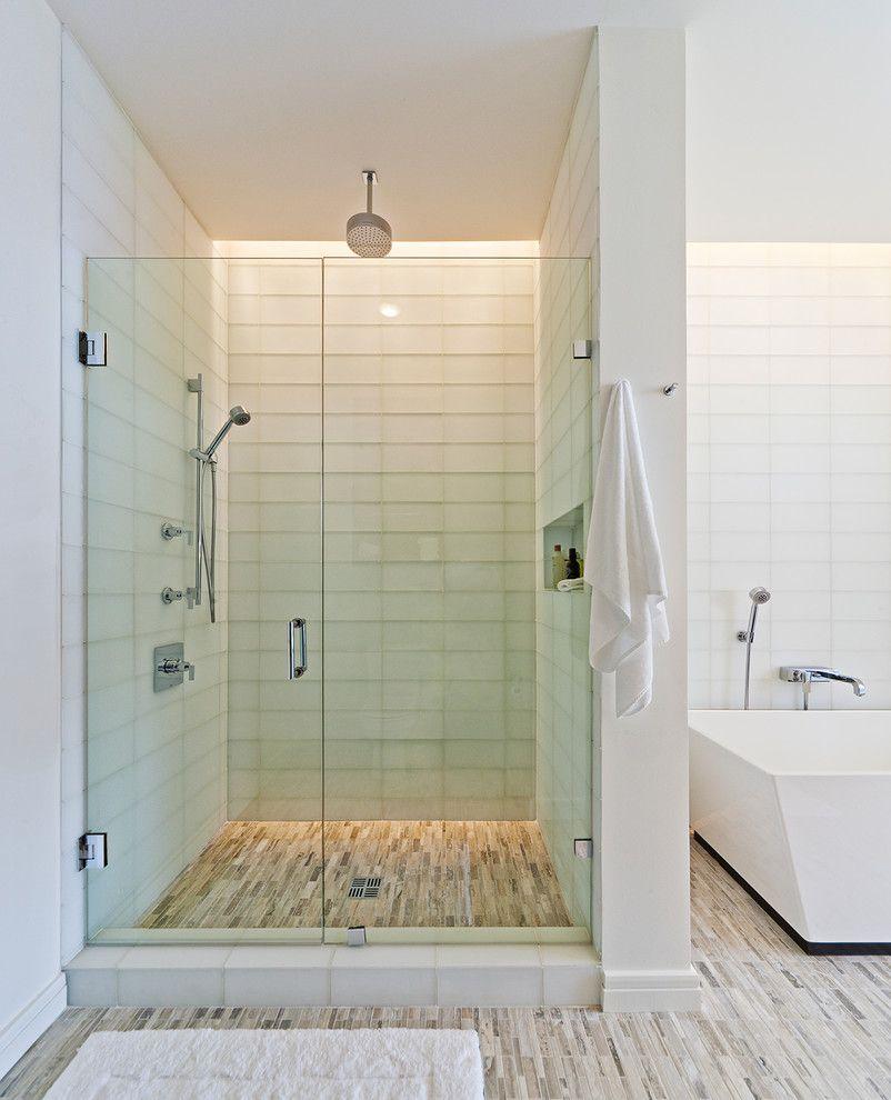 Ванная в стиле минимализм не обойдется без такого элемента, как стеклянная дверь в душевой