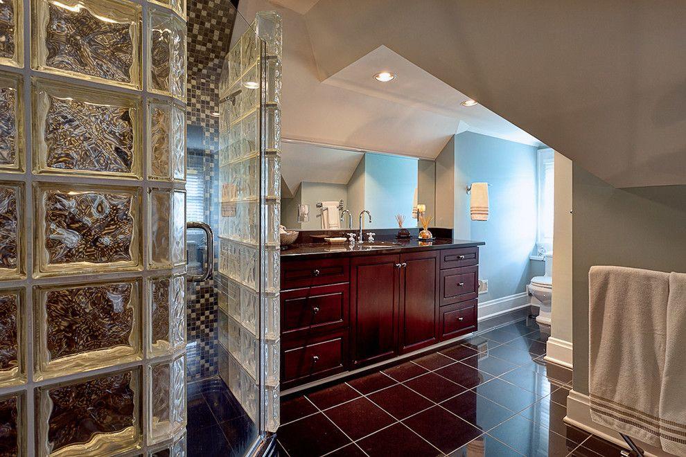 Душ в ванной оформлен шикарными перегородками и стеклянной дверью