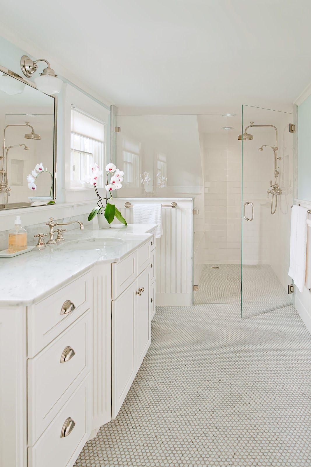 Распашной дверью для душа может похвастаться ванная большого размера