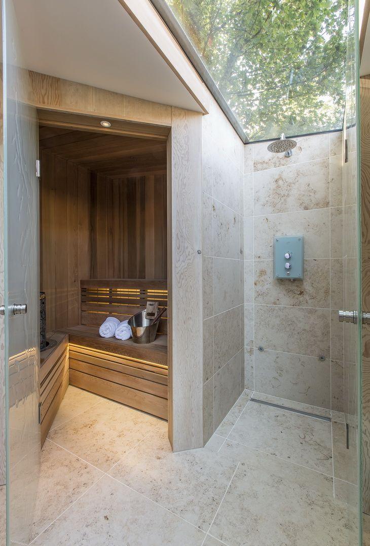 Из стекла может быть выполнена не только дверь, но и потолок душевой