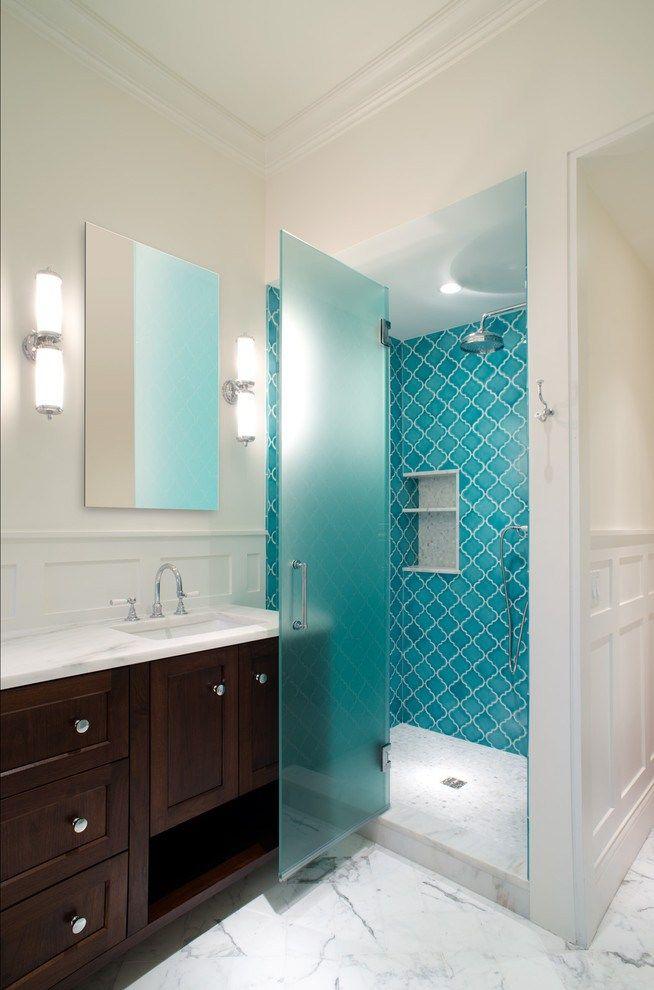 Матовая поверхность стеклянной двери защитит не только от брызг воды, но и от посторонних взглядов