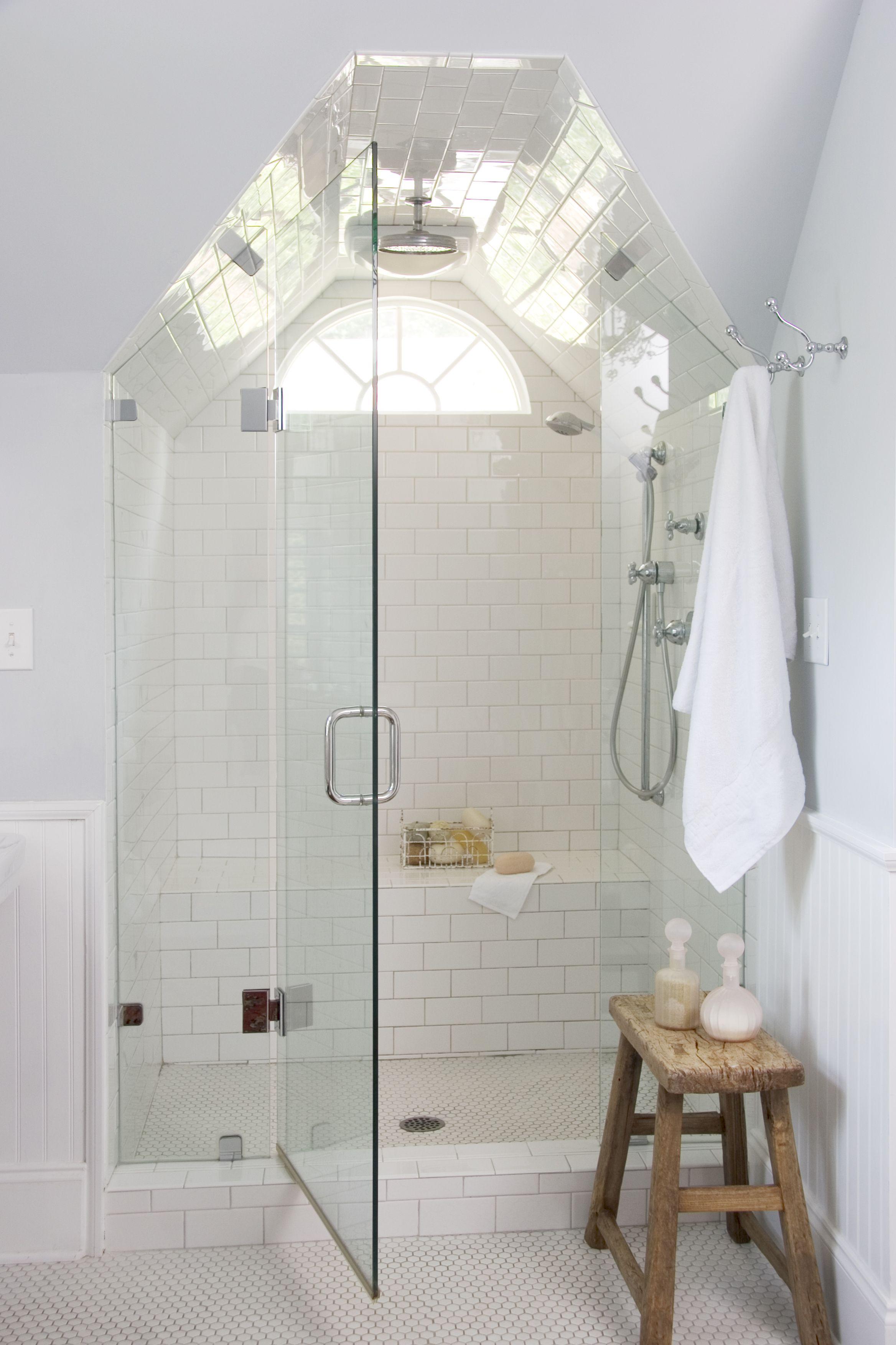 Форма стеклянной двери повторяет форму потолка в душе