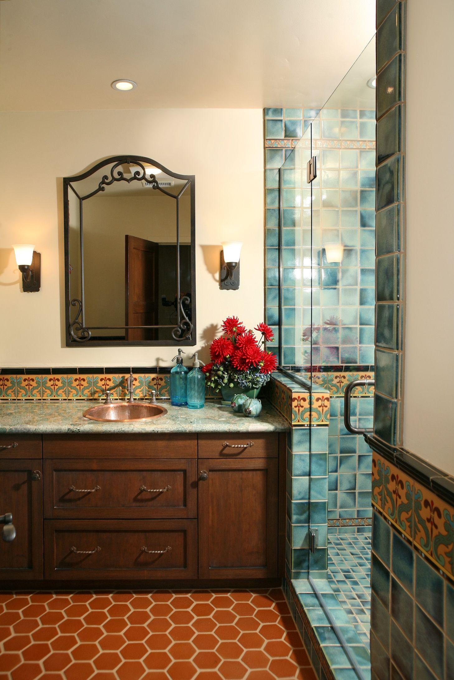 Дверь из стекла способна вписаться в ванную любого стиля