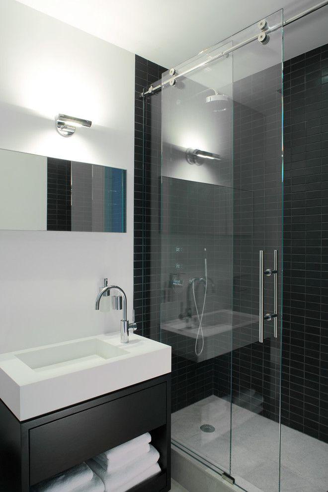 Фурнитуру для стеклянных дверей в ванной лучше подбирать из нержавеющих материалов