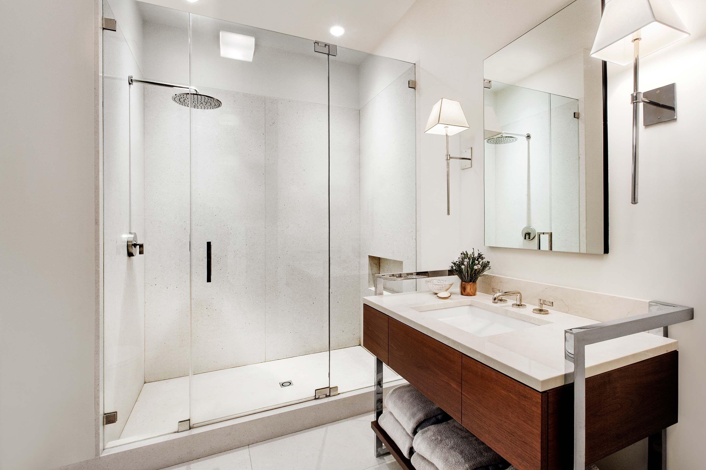 Стеклянная дверь для душа - практичный атрибут современной ванной