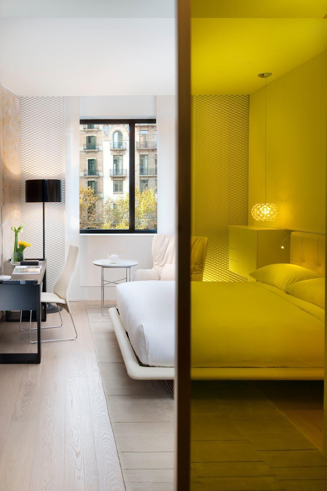 Яркий желтый цвет стеклянной перегородки оживит монохромный интерьер