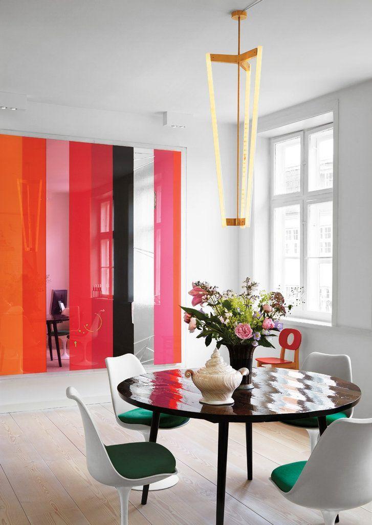 Цветная стеклянная перегородка отлично будет смотреться в интерьере в стиле модерн