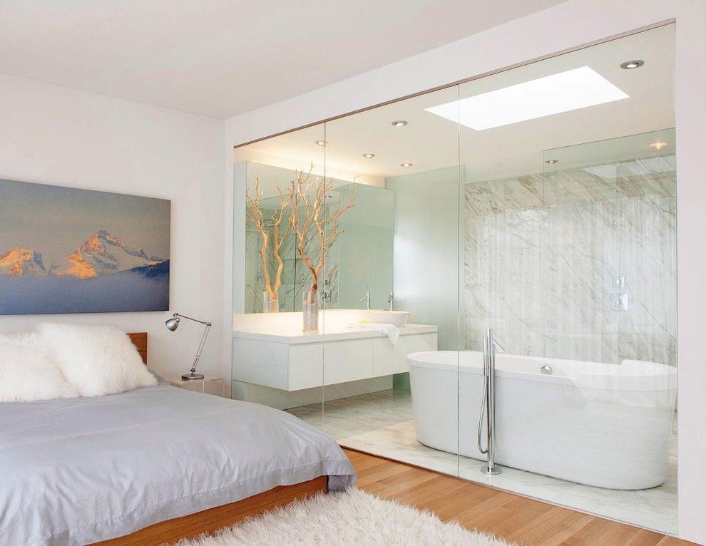 Ванная комната отделена от спальни воздушными стеклянными перегородками