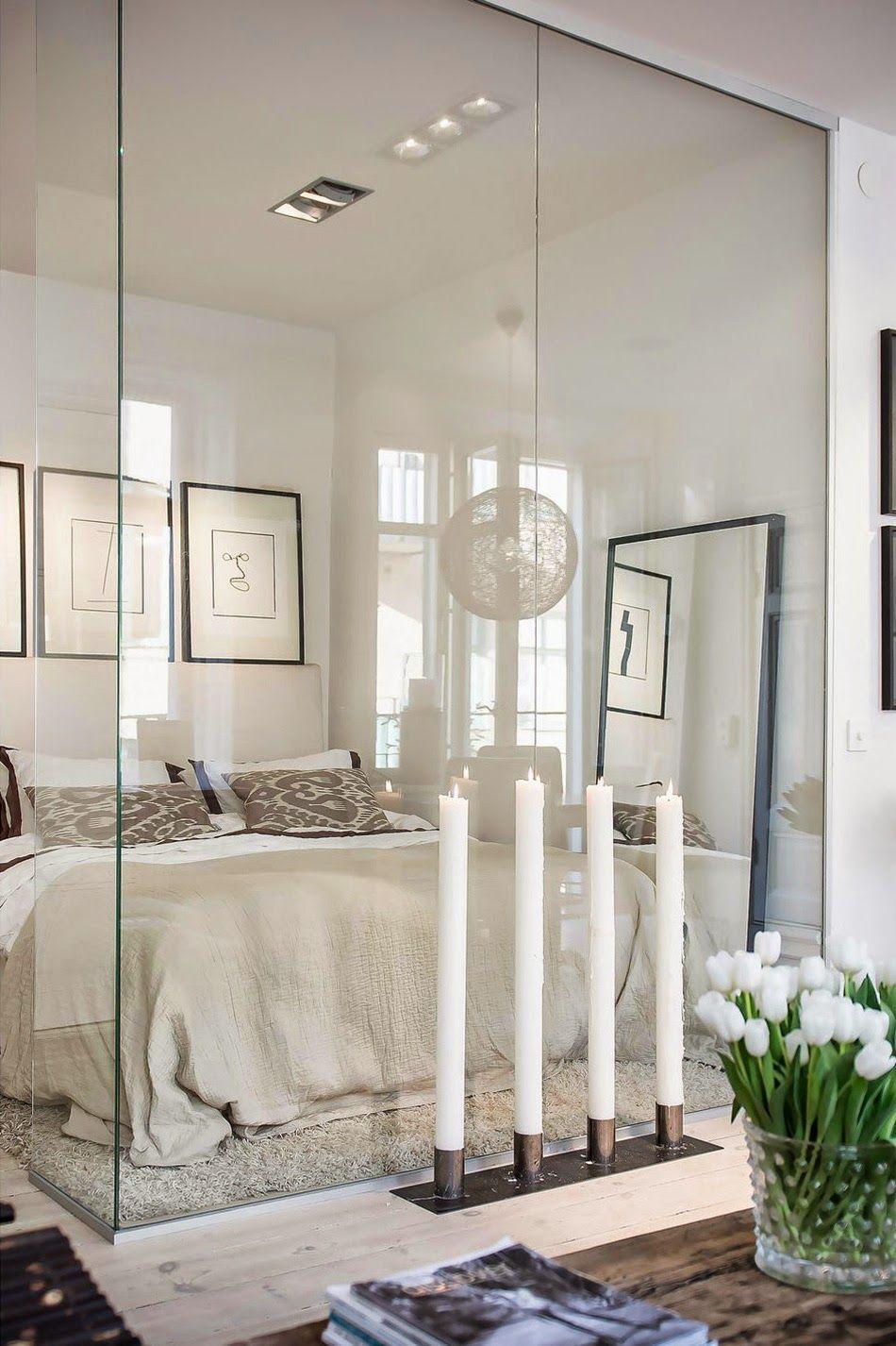 Зона спальни обозначена прозрачной стеклянной перегородкой