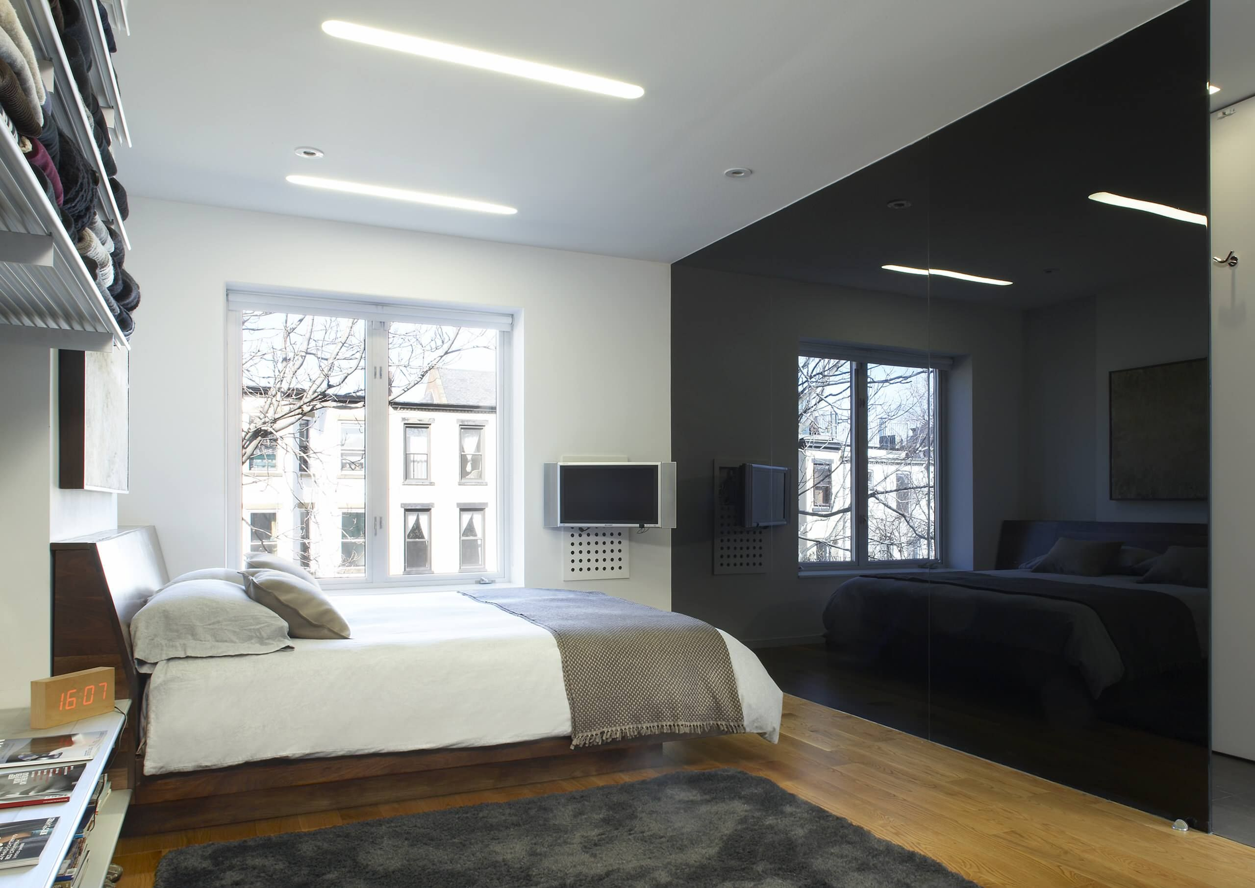 Благодаря глянцевой поверхности стекла, перегородка черного цвета выглядит свежо и нарядно