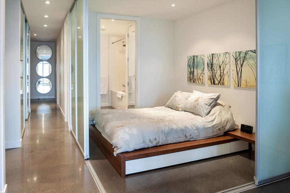 Две стены в спальне выполнены из раздвижных стеклянных перегородок