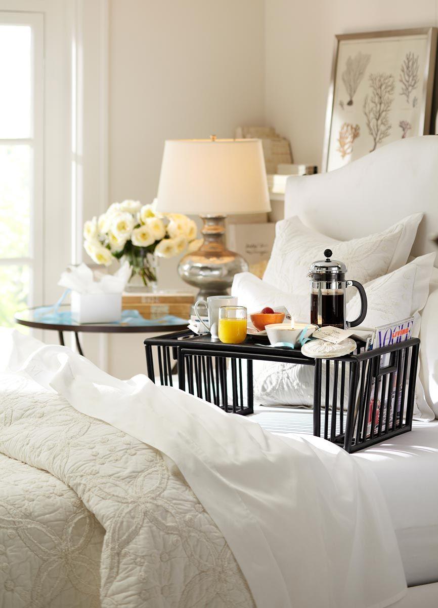 Столик для завтрака, выполненный из черного пластика
