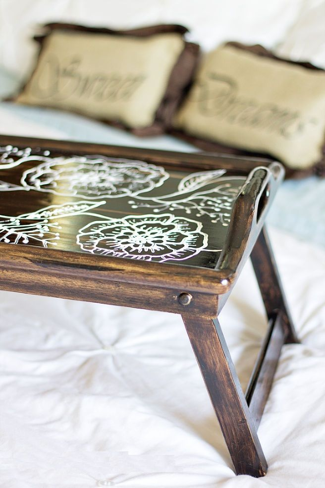 Контрастный рисунок на поверхности накроватного столика