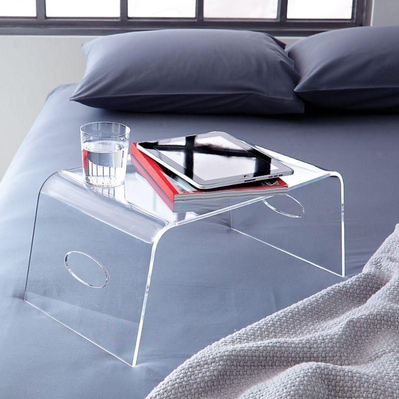 Высокими функциональными и практичными свойствами обладает столик для завтрака, выполненный из пластика