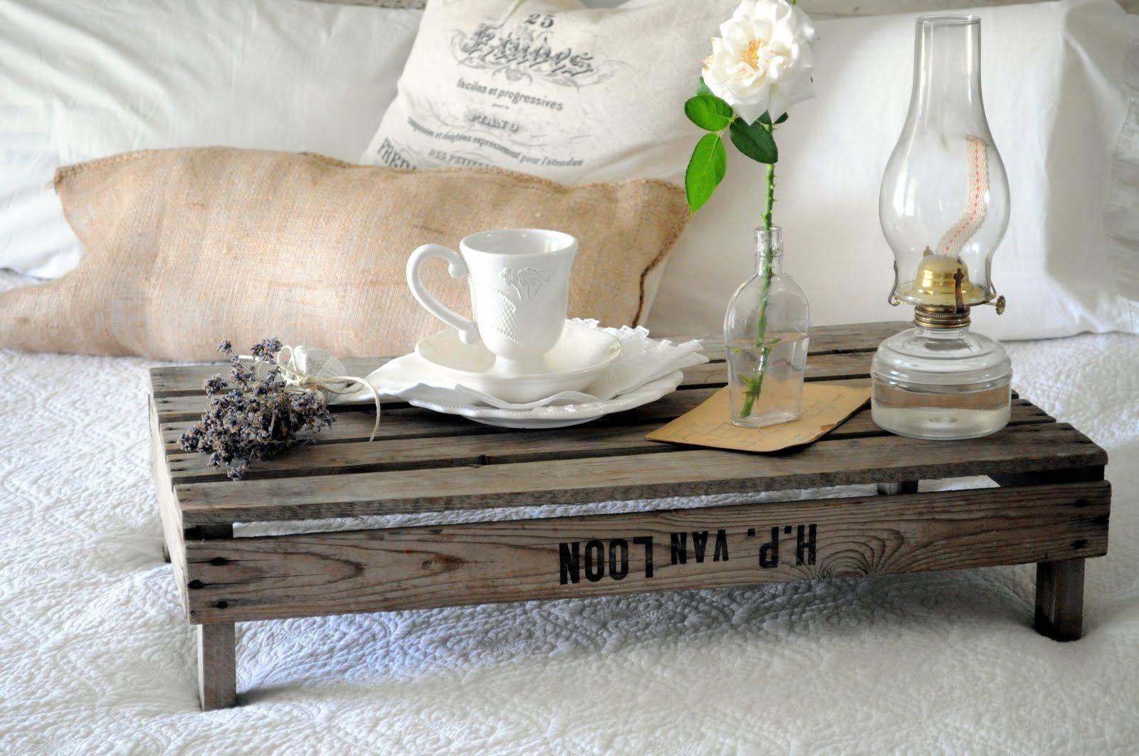 Накроватный столик, изготовленный своими руками из деревянных досок
