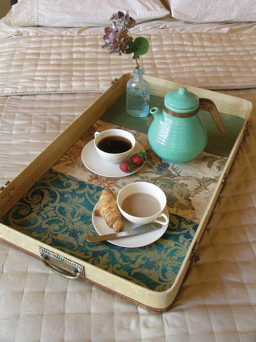 Столик для завтрака можно создать собственноручно из половинки старого чемодана
