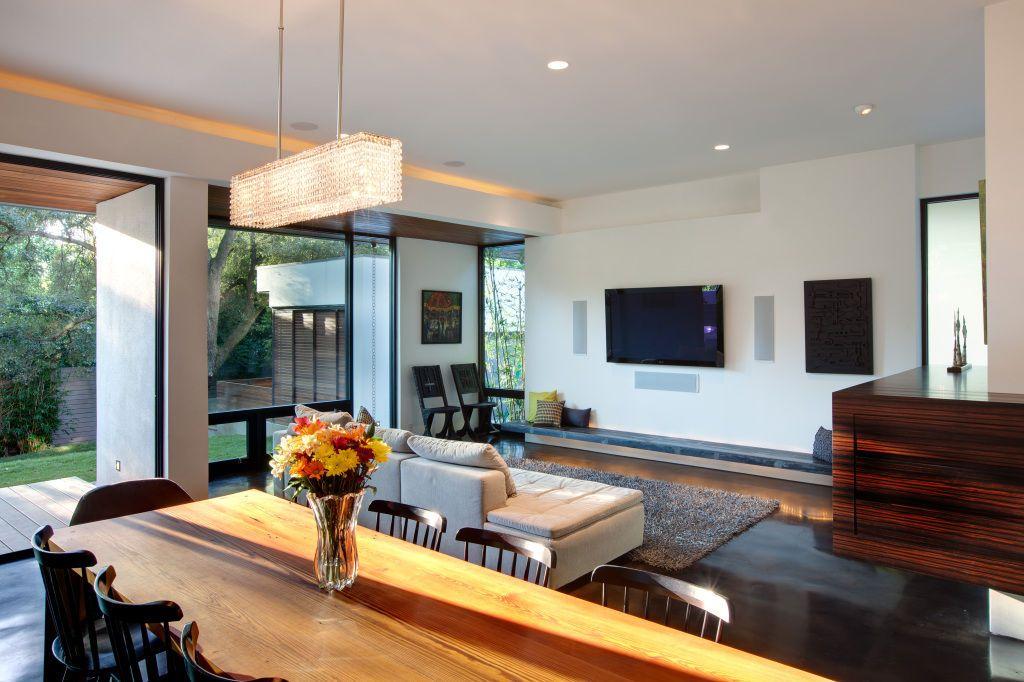 ТВ на стене - обязательный атрибут современной гостиной