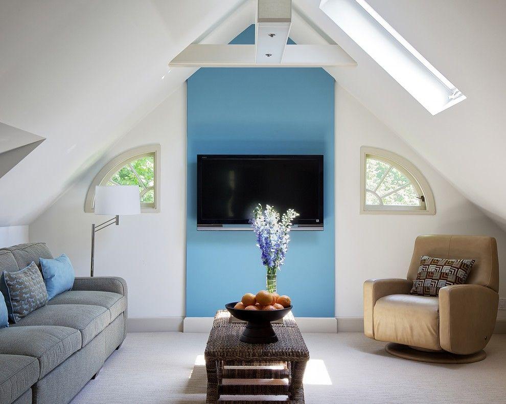 Часть стены, предназначенная для размещения TV, выкрашена в сочный голубой цвет