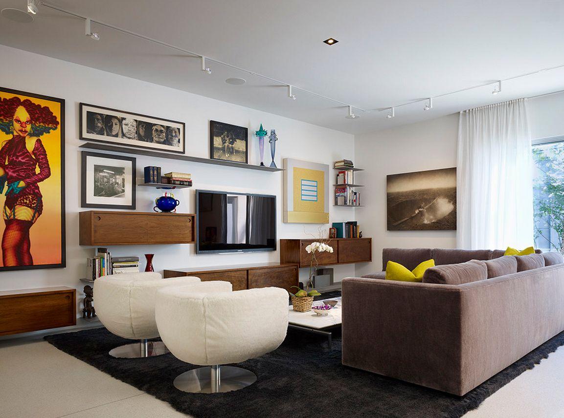 ТВ в окружении навесных полок - практичный прием в гостиной