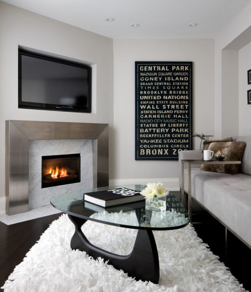 Удачное соседство камина и монитора тв в гостиной
