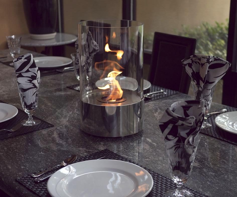 Стеклянный цилиндр с огнем дополнит сервировку стола и создаст атмосферу уюта