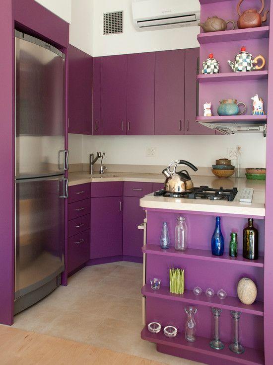 Фасад холодильника, выполненный под металл, отлично сочетается с кухней глубокого фиолетового цвета