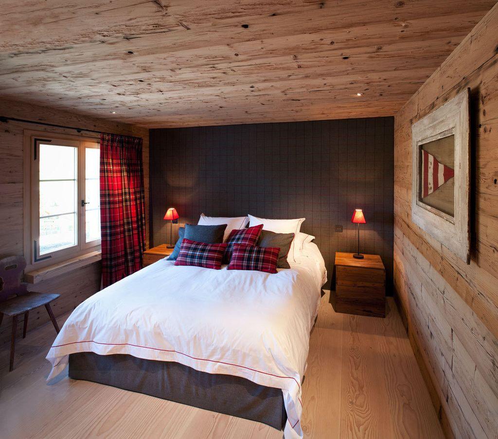 Доска в спальне в стиле швейцарское шале