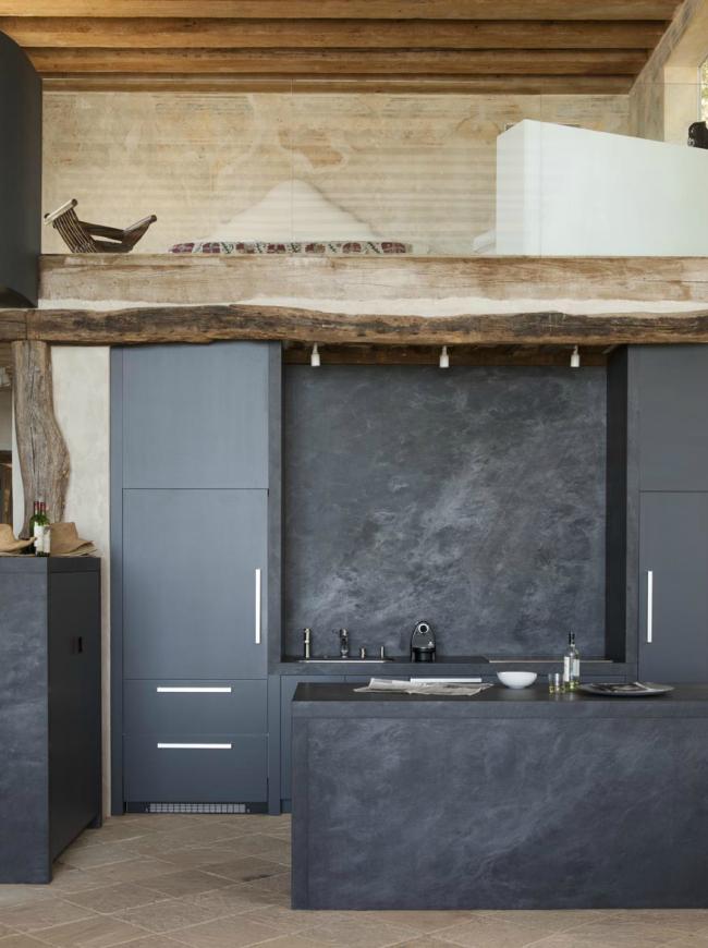 Кухня в темно-сером цвете смотрится очень стильно