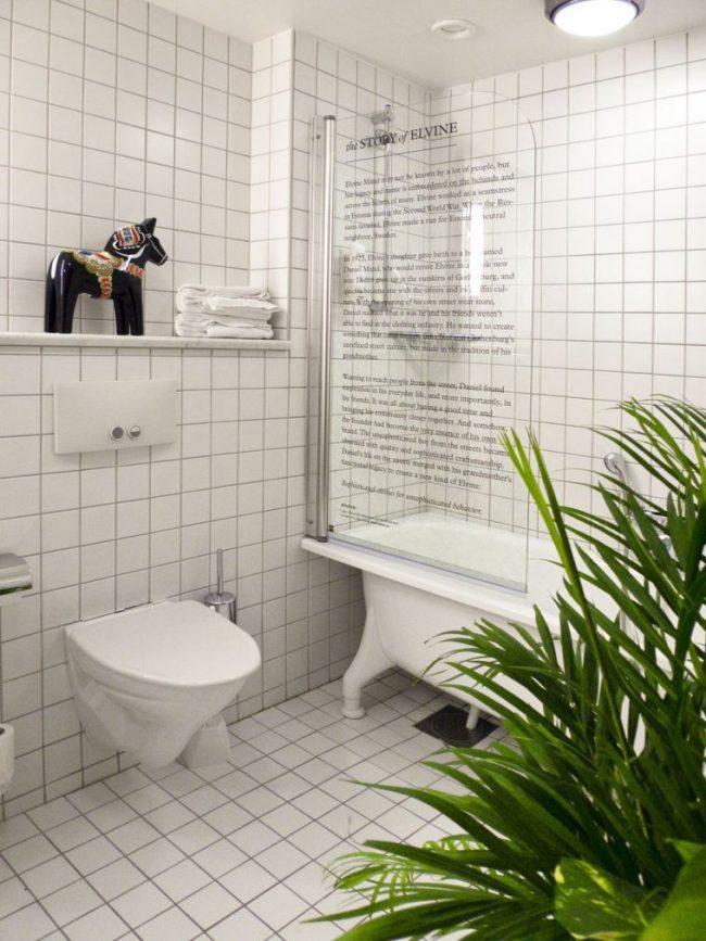 Стеклянную шторку в ванной можно украсить на любой вкус, даже оформить ее с помощью текста