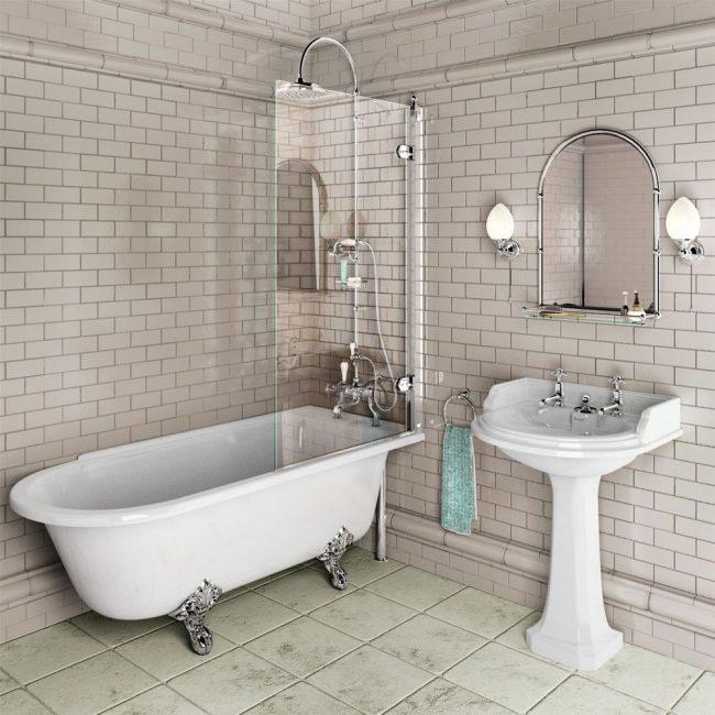 Уютная небольшая ванная в светлых тонах с небольшой стеклянной шторкой в душевой зоне