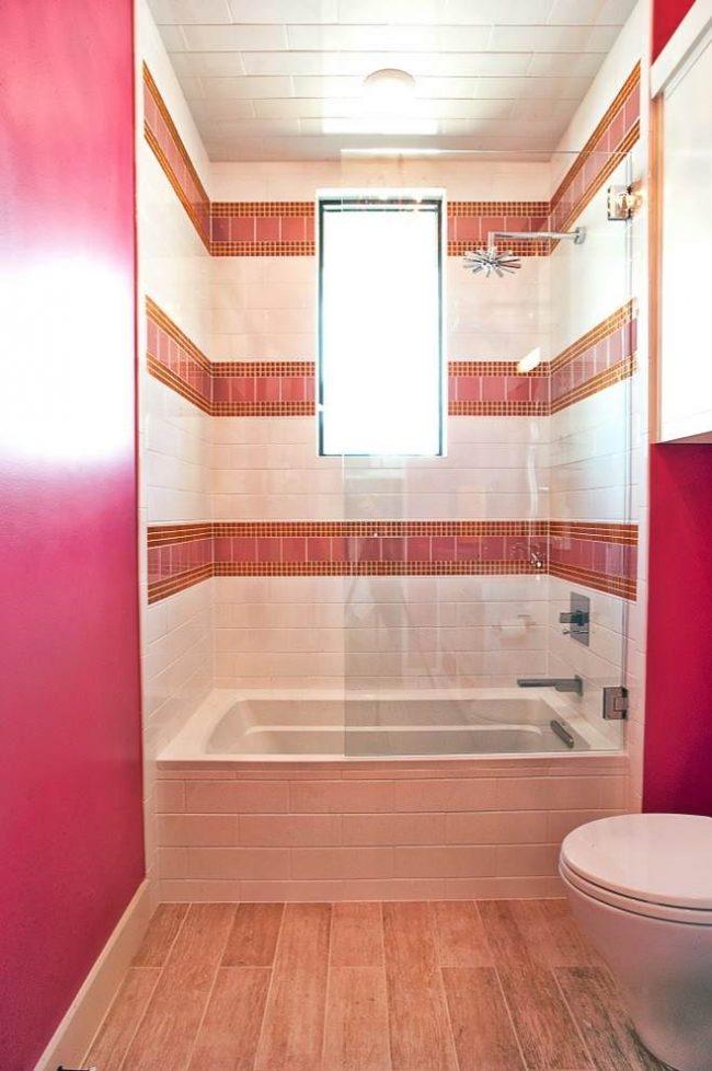 Уютная ванная комната небольших размеров в теплых тонах с практически незаметной стеклянной шторкой