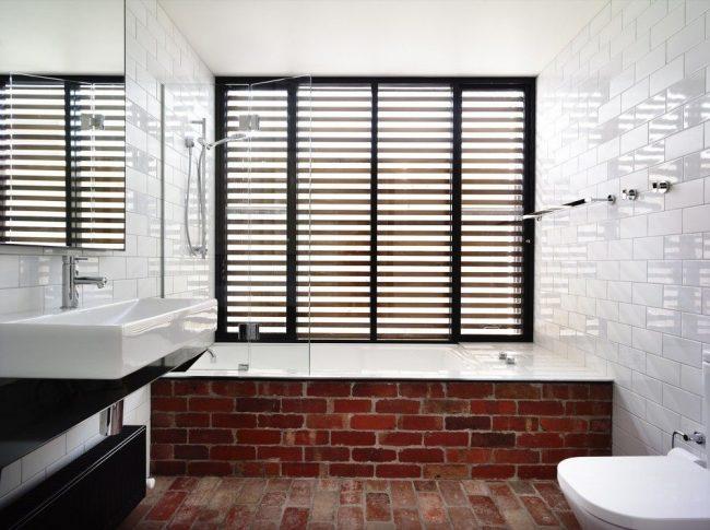 Практически незаметная стеклянная шторка для атмосферной ванной с элементами натуральной кирпичной кладки в интерьере