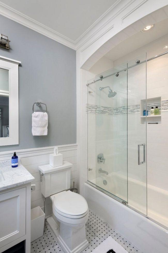 Наилучший вариант для небольшой ванной: светлые тона в отделке и стеклянная шторка, что не загромождает пространства и придает комнате легкости