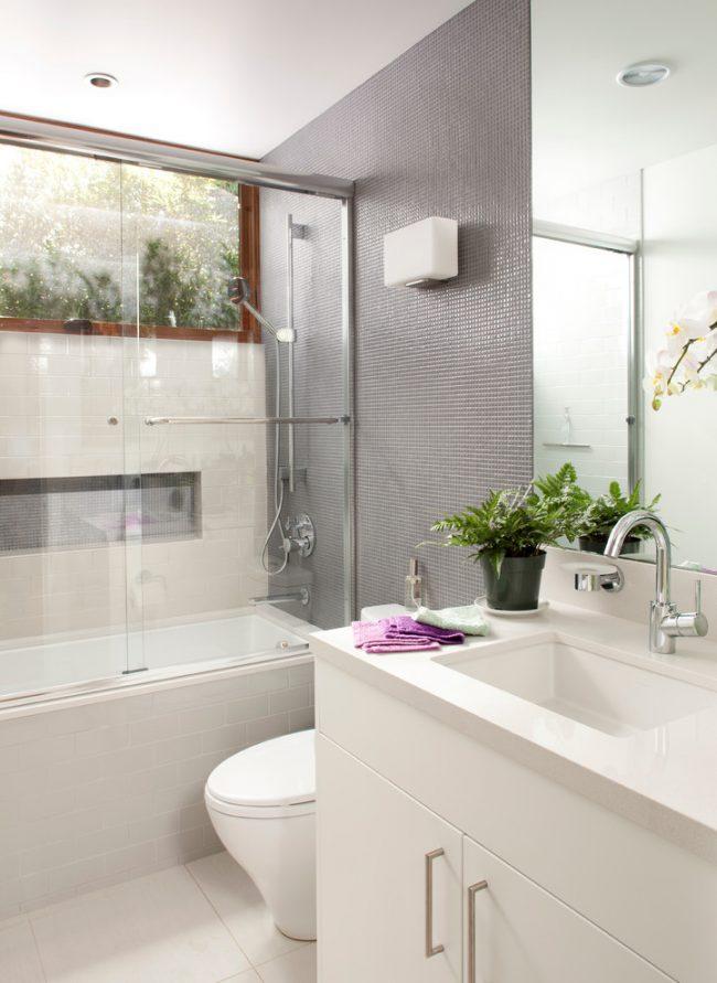 Стеклянная шторка отлично подойдет для маленькой ванной комнаты, так как она создает чувство легкости, не загромождая пространства
