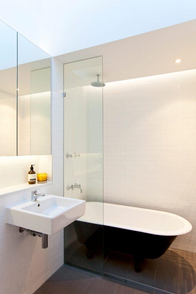 Минималистическая ванная комната с практически незаметной стеклянной шторкой