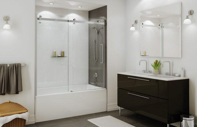 Небольшая ванная комната, которую визуально увеличивают большое количество освещения, широкое зеркало и легкая стеклянная шторка